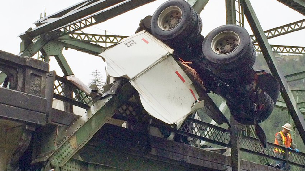 Hwy 38 closed after truck crashes on Scottsburg Bridge | KTVL