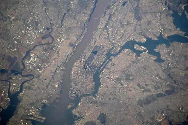 Greetings to Manhattan. (Photo & Caption courtesy Koichi Wakata (@Astro_Wakata) and NASA)