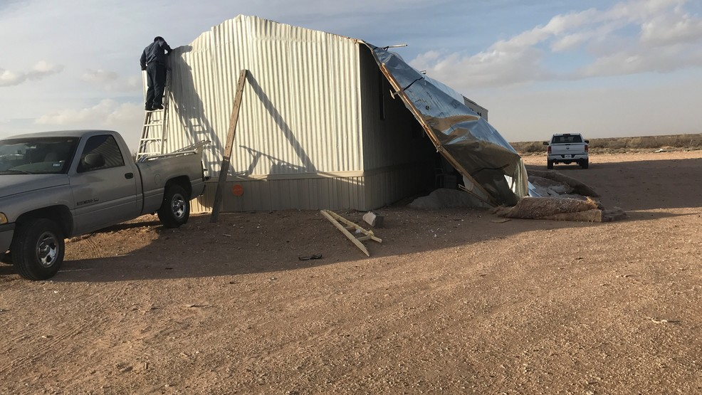 Strong winds blow off roof of mobile home in Horizon