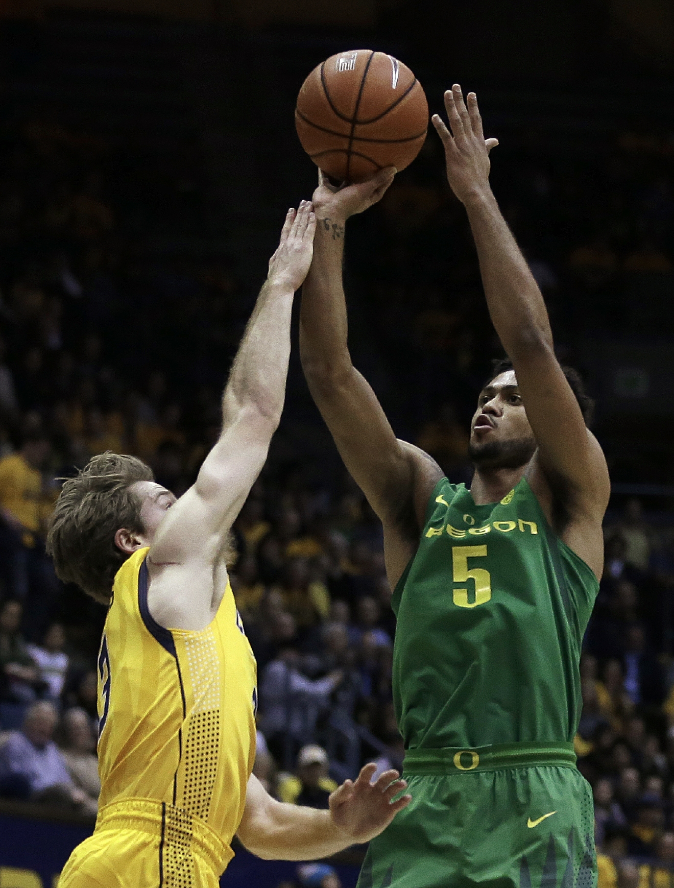 Oregon's Tyler Dorsey, right, shoots over California's Grant Mullins in the first half of an NCAA college basketball game, Wednesday, Feb. 22, 2017, in Berkeley, Calif. (AP Photo/Ben Margot)