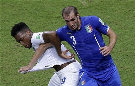 England's Daniel Sturridge, left, and Italy's Giorgio Chiellini challenge during the group D World Cup soccer match between England and Italy at the Arena da Amazonia in Manaus, Brazil, Saturday, June 14, 2014.