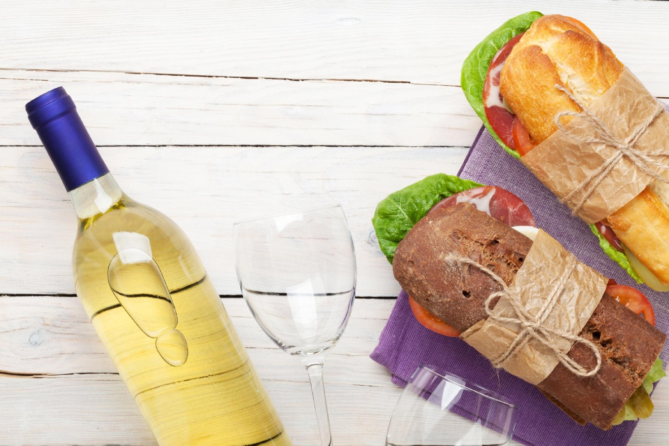 White wine is perfect for picnics :) (Image: Thinkstock)