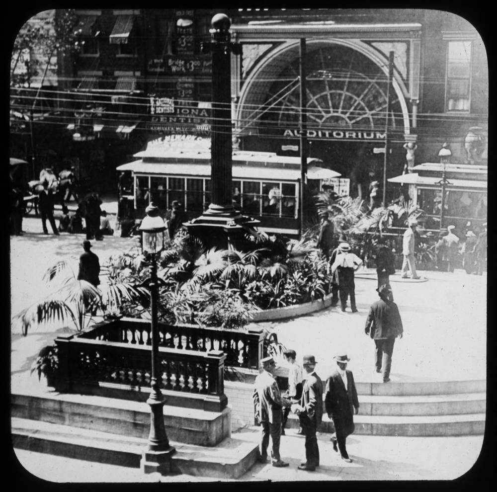 Streetcar on Fountain Square / DATE: Unknown / COLLECTION: Public Library of Cincinnati and Hamilton County, Joseph S. Stern, Jr. Cincinnati Room / Image courtesy of the digital archive of The Public Library of Cincinnati and Hamilton County // Published: 4.4.18