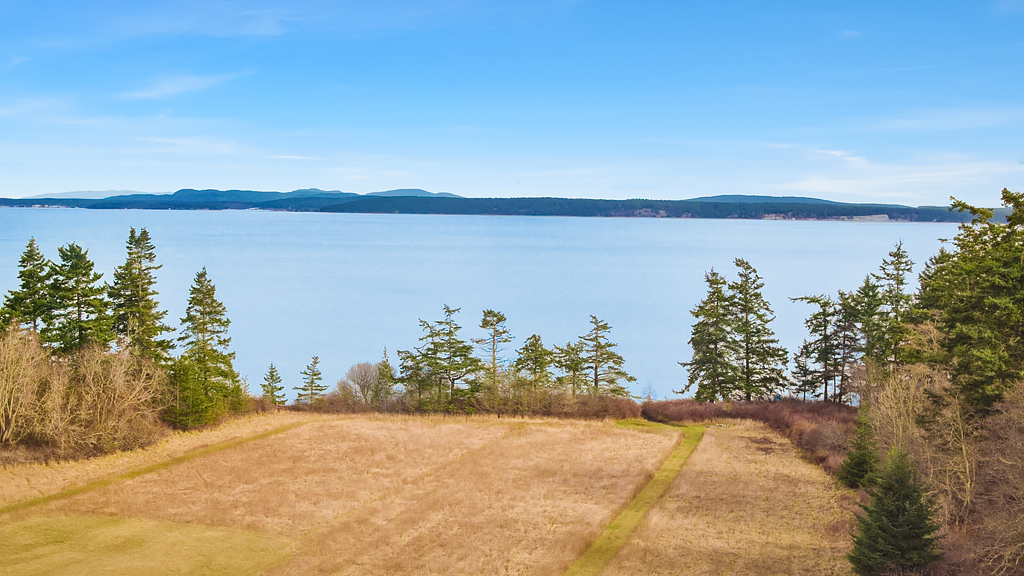 With seven beds and bathrooms, this gorgeous 8,437 sqft home is listed by Windemere for $20,000,000. On the market for only 5 days, the home sits on almost 99 acres and has 765 feet of private waterfront. (Image: Clarity Northwest / Andrew O'Neill)
