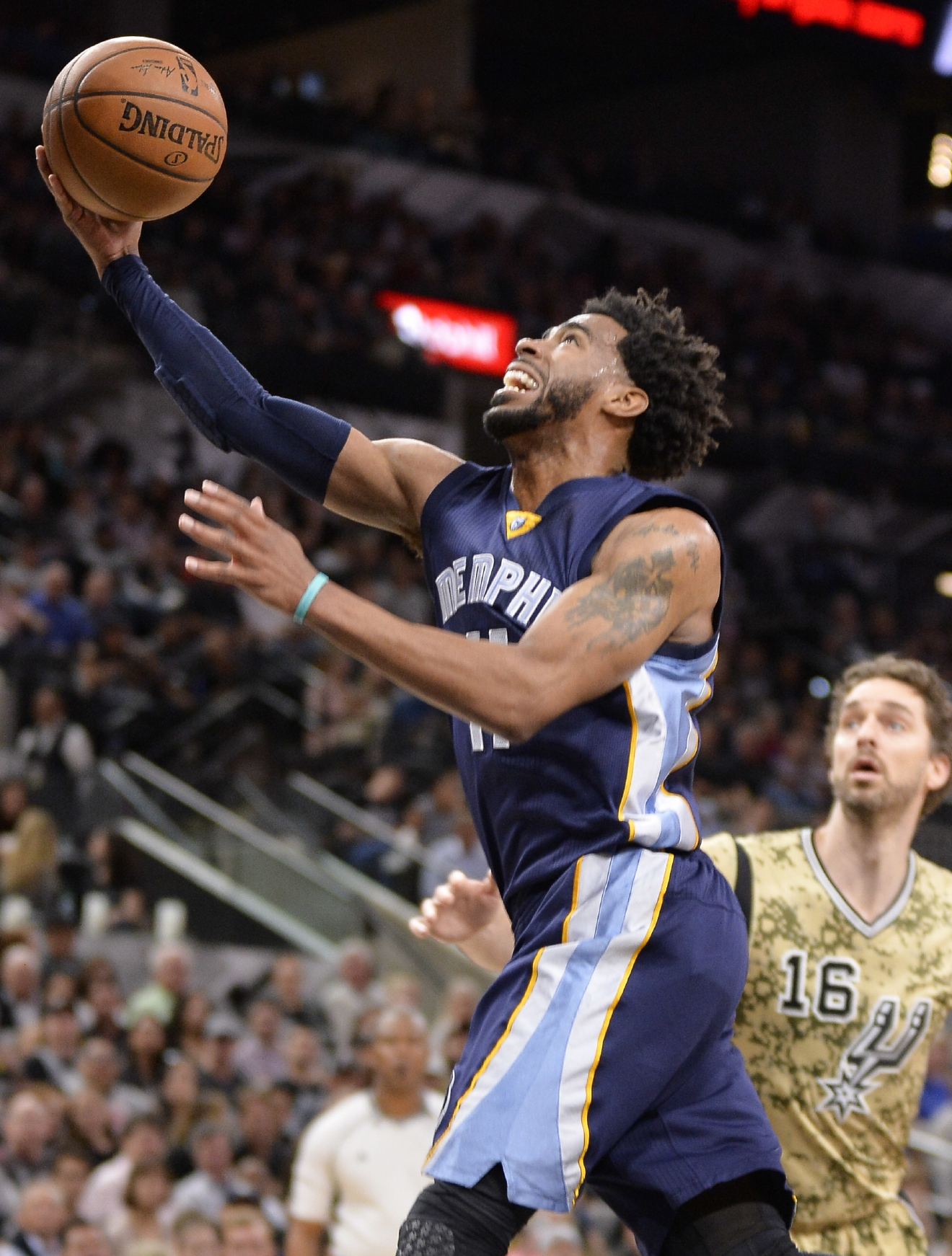 Memphis Grizzlies guard Mike Conley shoots during the first half of the team's NBA basketball game against the San Antonio Spurs, Thursday, March 23, 2017, in San Antonio. (AP Photo/Darren Abate)