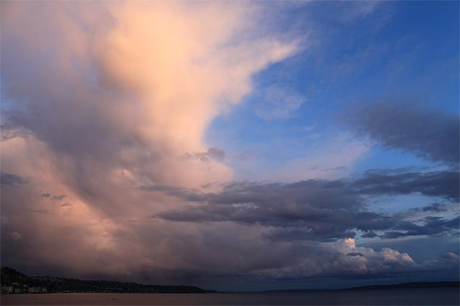Monday raincloud over Seattle (Photo courtesy YouNews contributor: Bitterbabe)